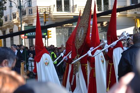 スペイン風の神輿行列のひとびと