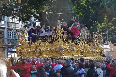 スペイン風の神輿、左右に揺れながら少しづつ前進する