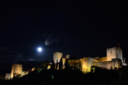 満月とアルハンブラ宮殿