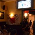 写真: 五輪サッカー女子決勝をパブで観る
