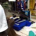 写真: ナイロビ市内でのブランドモノ制作現場w