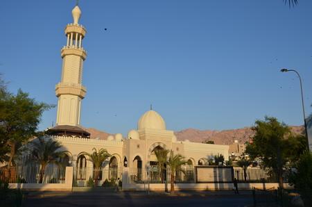 アカバ市内のモスク。白が美しい