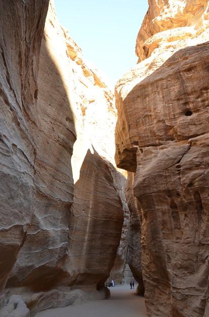 写真: ペトラ遺跡のシーク。この隙間を抜けるとエルハズネが登場します