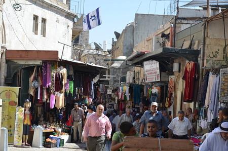 エルサレム旧市街ダマスカス門の少し内側。賑わっている