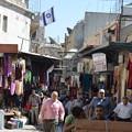 写真: エルサレム旧市街ダマスカス門の少し内側。賑わっている