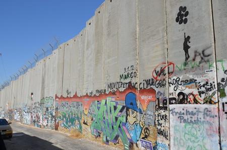 ベツレヘムのアパルトヘイト壁。手前のバルーンはバンクシー作「balloon girl」