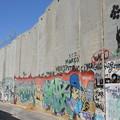 写真: ベツレヘムのアパルトヘイト壁。手前のバルーンはバンクシー作「balloon girl」