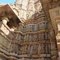 写真: ラクシュマナ寺院。よく観るといけないものが