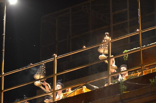 写真: 毎日ある儀式プージャ。上部で儀式が続く