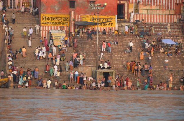 写真: ガンガーの沐浴光景