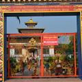 写真: ブータン寺。なぜか子どもがいっぱい