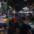 写真: シェムリアップのオールドマーケット。魚、肉からお土産まで何でも売ってます