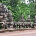 写真: アンコールトムの入口にある蛇をひっぱる像たち。独創的