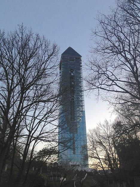 夕暮れにモニュメントのようにそびえ立つ東山スカイタワー - 1