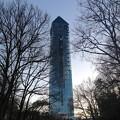 写真: 夕暮れにモニュメントのようにそびえ立つ東山スカイタワー - 3