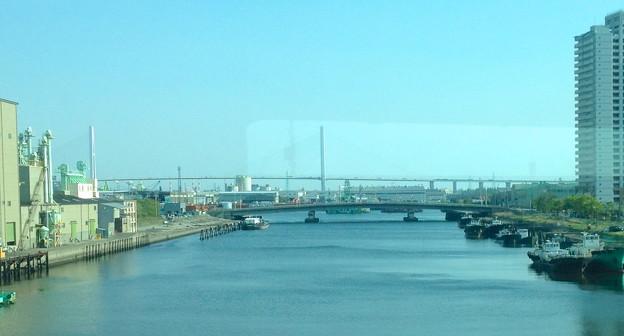 写真: あおなみ線車内(野跡駅付近)から見た名港トリトン - 2