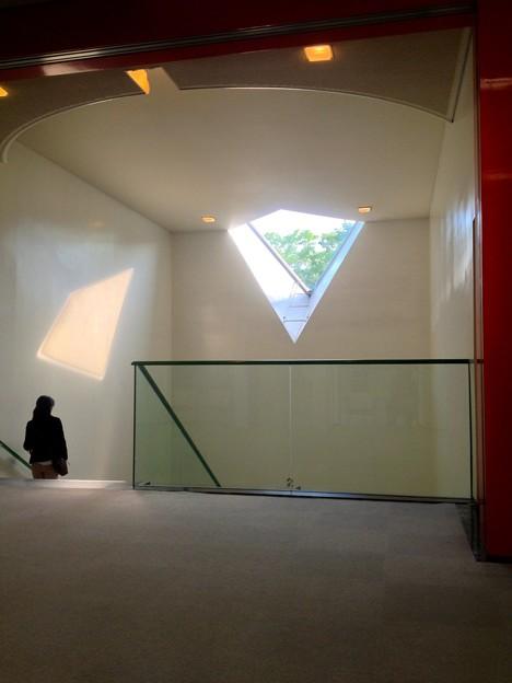 名古屋市美術館内にある菱型の窓 - 1