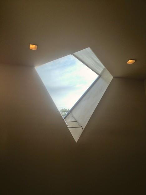 名古屋市美術館内にある菱型の窓 - 2