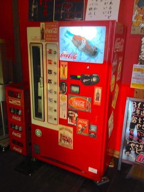 昭和横丁:瓶コーラの自動販売機