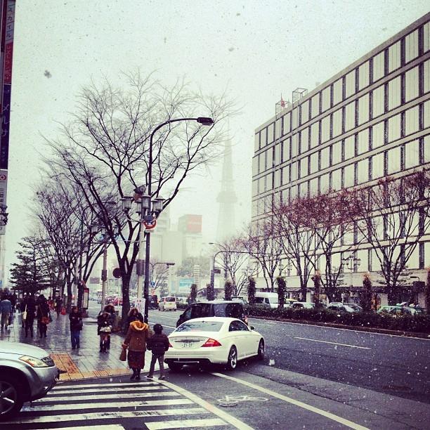 写真: 小雪舞う名古屋栄