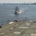 ポートビル前の人口島に着岸しようとしている名古屋港遊覧船 - 3