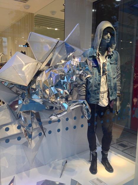ベルシュカ名古屋栄店:カッコイイ銀色のヒョウのディスプレイ - 1