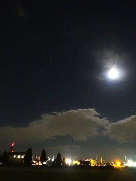 満月に負けず輝く4つの星:カペラ、木星、ベテルギウス、アルデバラン