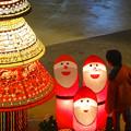 写真: アスナル金山のクリスマス・イルミネーション 2013 No - 23:子供に笑いかける「トントゥ」