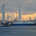 写真: 中部電力 名古屋火力発電所の塔のような建物と船 - 1