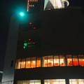 写真: 夜のポートビルに「F」