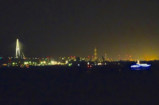 夜の名港中央大橋と花火観覧クルーズの船
