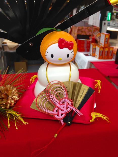 県営名古屋空港の土産物コーナーに飾られていた、キティちゃんの鏡餅 - 2