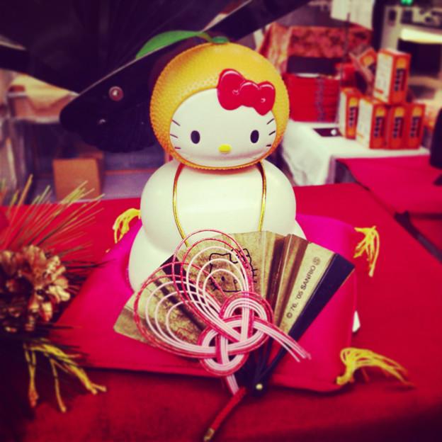県営名古屋空港の土産物コーナーに飾られていた、キティちゃんの鏡餅 - 4
