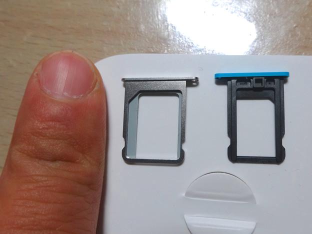 iPhone 4SのマイクロSIMスロットと、5cのNano SIMスロット - 1