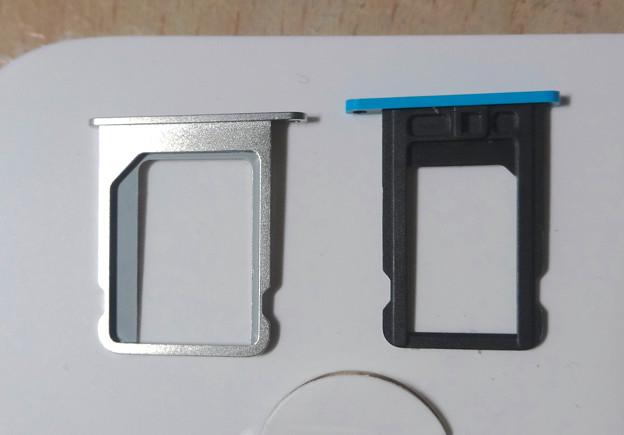 iPhone 4SのマイクロSIMスロットと、5cのNano SIMスロット - 2
