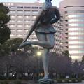 写真: 鶴舞公園:立ったまま、足の裏を触る(?)女性像