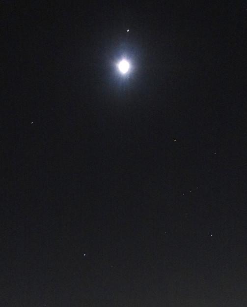 月の周りで輝く星々 - 2