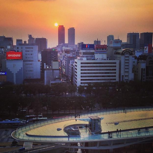写真: 愛知芸術文化センター展望階から見た夕焼け No - 25:「水の宇宙船」から夕焼けを見る人たち
