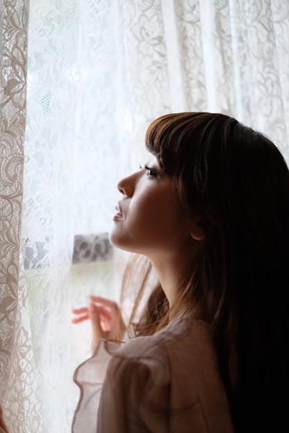 Photos: 窓の向こうに