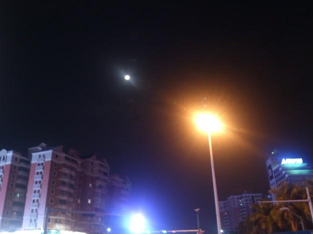 Photos: 月と街灯