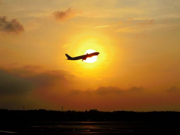 飛行機を夕陽と共に。