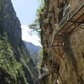 写真: 岩壁に取り付けられた桟道