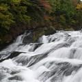 滑るように流れる滝