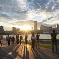 写真: 大桟橋からの夕日