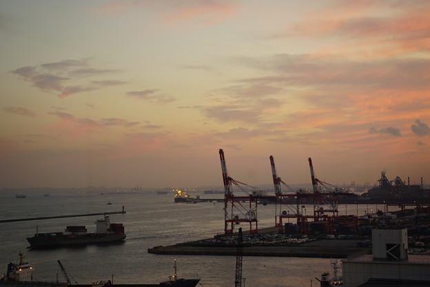 夕暮れの川崎港