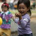写真: シャボン玉と子供