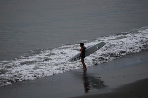 波に挑むサーファー