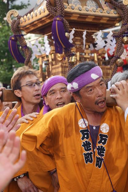 Photos: 神輿担ぐ男達