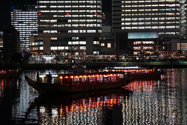 夜の屋形船