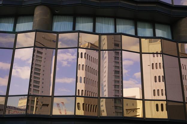 窓ガラスに映るビル